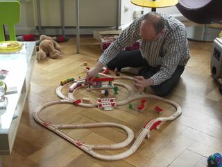 [Bild:Während die Väter noch die Holzeisenbahn zusammenbauen…]
