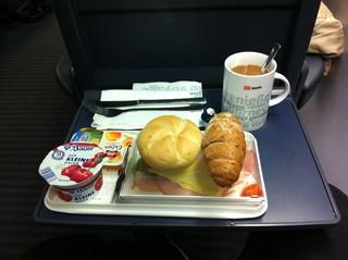 [Bild:Frühstück in der Bahn]