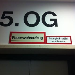 [Bild:Aufzug niemals benutzen http:/…]