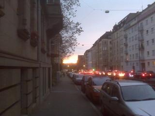[Bild:Sonnenaufgang über Berufsverkehr]