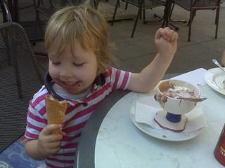 [Bild:Kind ordnungsgemäß mit Eis e…]