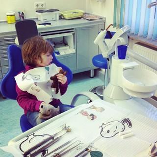 [Bild:Kind.eins beim Zahnarzt http:/…]