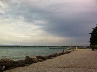 [Bild:Gardasee bei trübem Wetter]