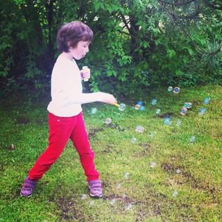 [Bild:Seifenblasen im Garten]