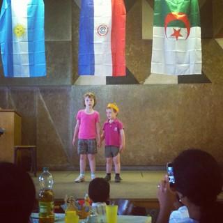 [Bild:Die Kinder singen dem Kinderga…]