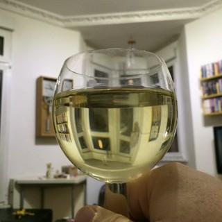 [Bild:Mit diesem Wein stoße ich auf…]