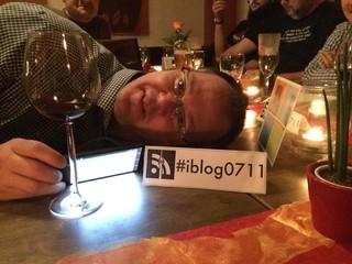 [Bild:Da liegt ein Blogger auf dem Tisch]