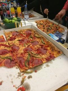 [Bild:Zur Versorgung der Teilnehmer: Pizza]