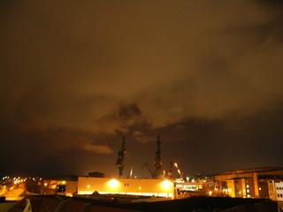 [Bild:Hafen von Bremerhaven bei Nacht]