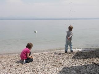 [Bild:Steine ins Wasser werfen]