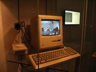 [Bild:Ich fotografiere mich gegenseitig mit einem alten Mac]